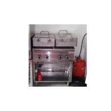 Kochstation mit Gasherd und Edelstahlwannen